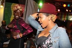 Fattu Djakite e Jenifer Solidade durante a atuação de DJs no bar Freedom