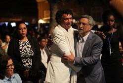 Ministro da cultura Mário Lúcio e o Presidente da República José Carlos Fonseca dão um abraço depois dos discursos de encerramento