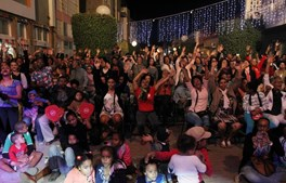 O público assiste aos concertos no bairro da Achadinha