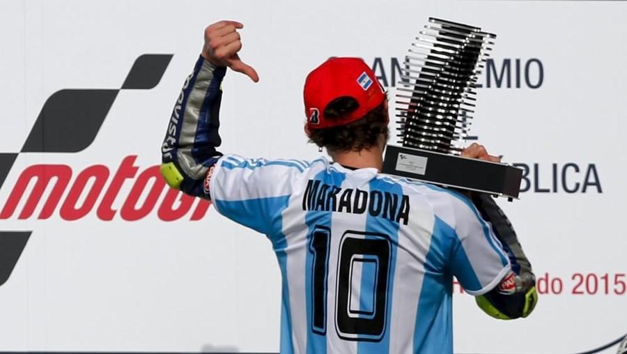 Rossi subiu ao pódio com uma camisola de Diego Maradona