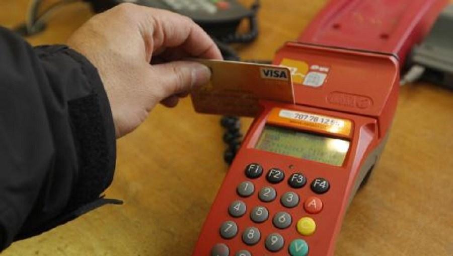 Os tetos máximos ficam fixados em 0,2% pela utilização de cartões de débito e 0,3% para os cartões de crédito
