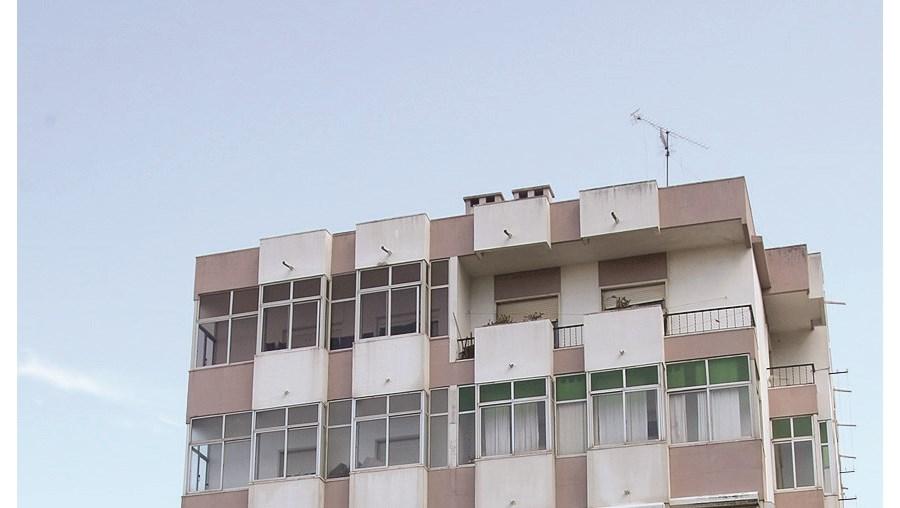 Idosa foi levada de casa, neste prédio, ao hospital