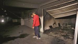 Jovens lançam fogo a garagem