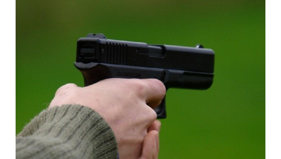 O assalto, com recurso a arma de fogo, ocorreu às 04h50