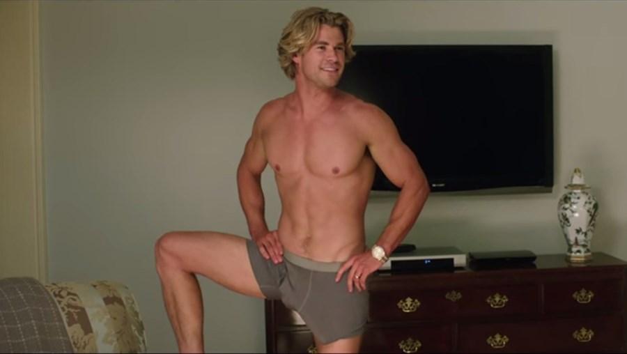 O ator aparece com um pénis falso de grandes proporções