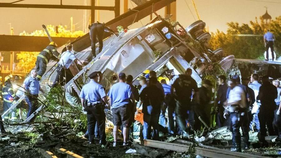 O comboio que descarrilou é um Amtrak onde viajavam 240 pessoas