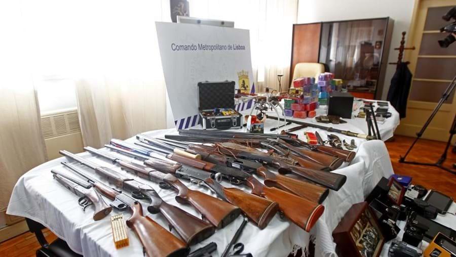 Homem tinha na sua posse dez caçadeiras, uma carabina, quatro espingardas e duas pistolas de pressão de ar