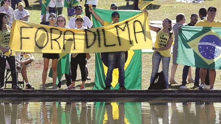 Brasileiros manifestam-se contra a presidente Dilma Rousseff