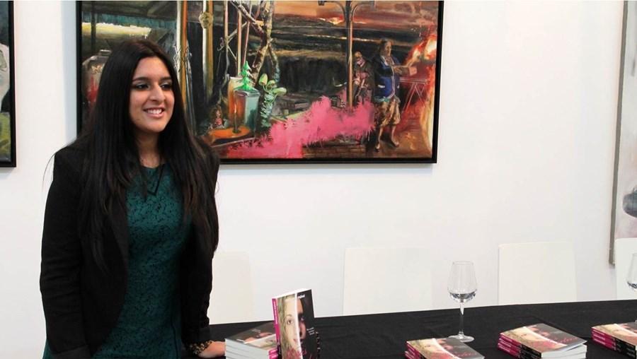 Sheliza Firoz Hajiani escreveu 'Duas vidas'