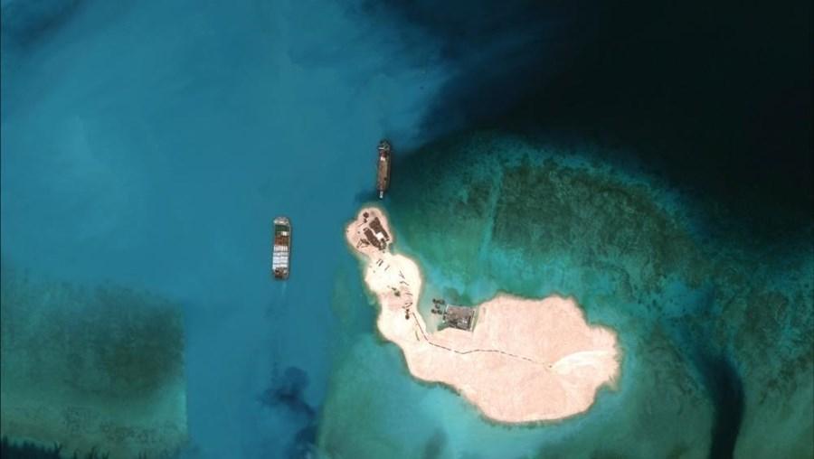 Os Estados Unidos têm acusado a China de estar a realizar um enorme projeto de construção de ilhas artificiais para fins militares