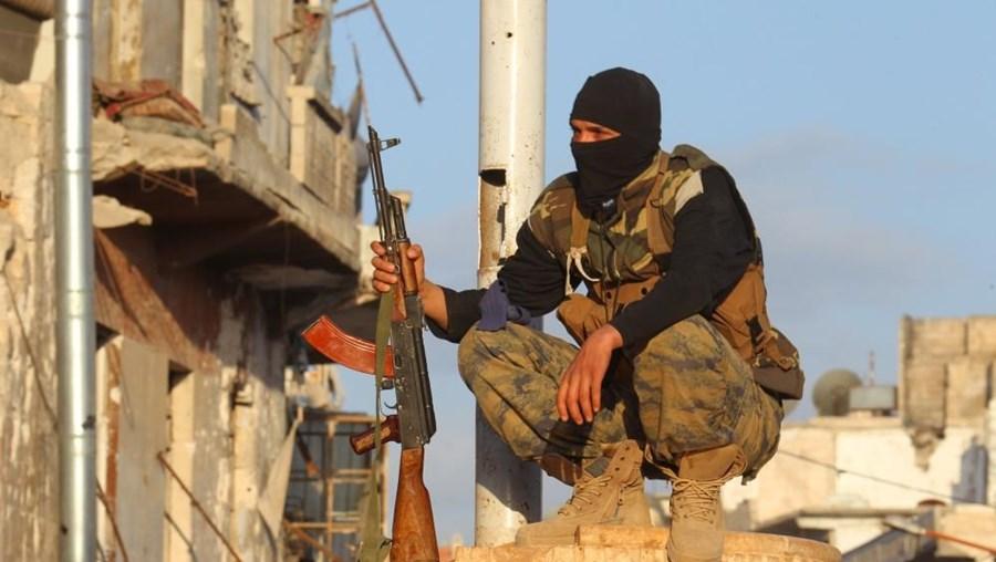 O Governo turco negou veementemente estar a armar os rebeldes que combatem na Síria
