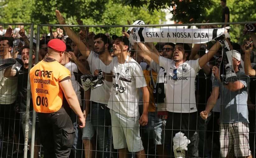 Adeptos do Guimarães controlados pelas forças de segurança