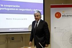 O ministro da Defesa Nacional critica Ana Gomes