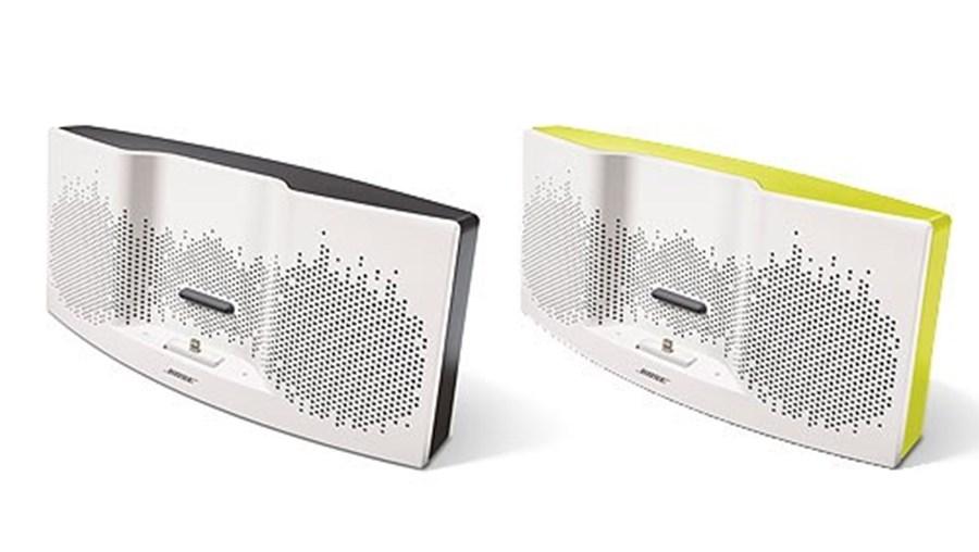 A Bose SoundDock XT carrega os aparelhos enquanto estes reproduz em música