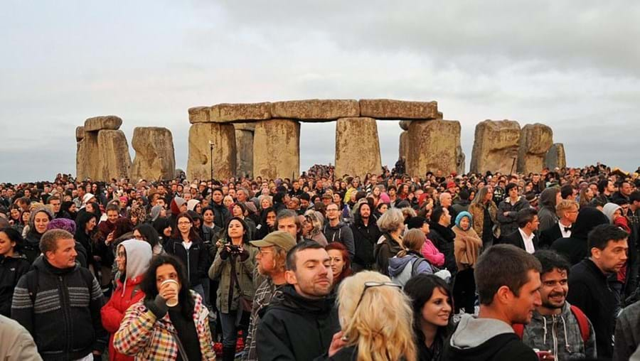 As autoridades tinham previsto uma afluência a Stonehenge na ordem das 30 mil pessoas