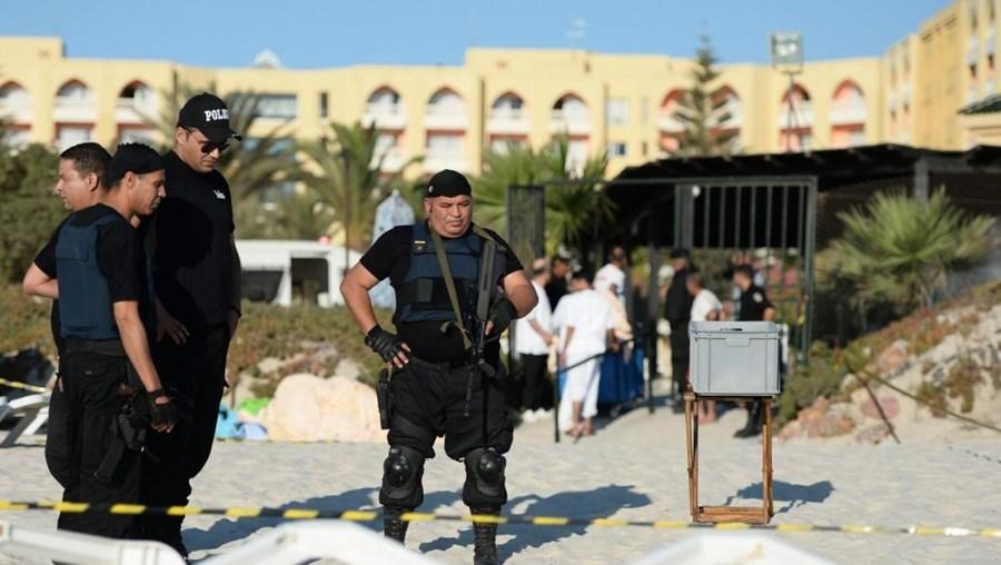Saída do país acontece um dia após atentado em hotel