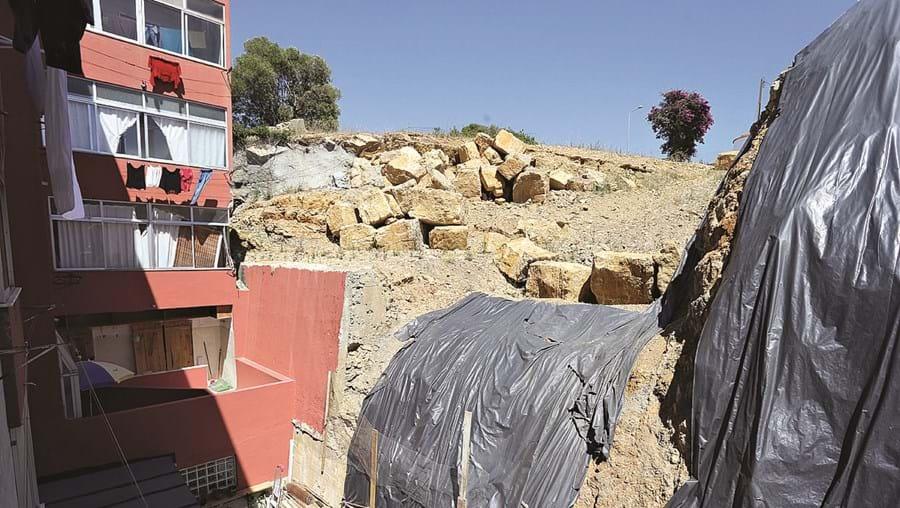 Os prédios continuam em risco, apesar dos trabalhos de consolidação do muro anexo às traseiras