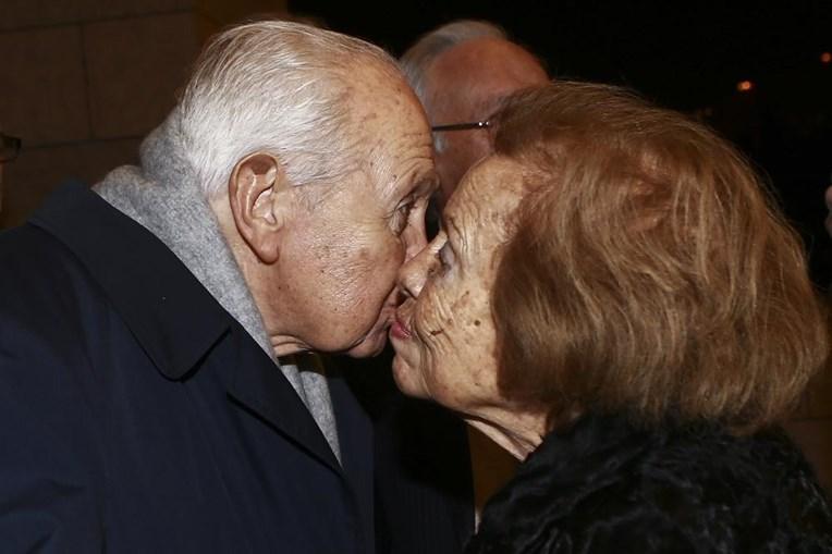 Mário Soares beija a mulher, Maria Barroso, na cerimónia de lançamento do seu livro 'Cartas e Intervenções Políticas no Exílio' (2014)
