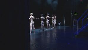 Rapazes Nus a Cantar