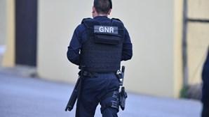 Homem aponta arma a militares da GNR