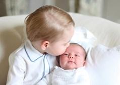 Princesa Carlota acompanhada pelo irmão, príncipe George