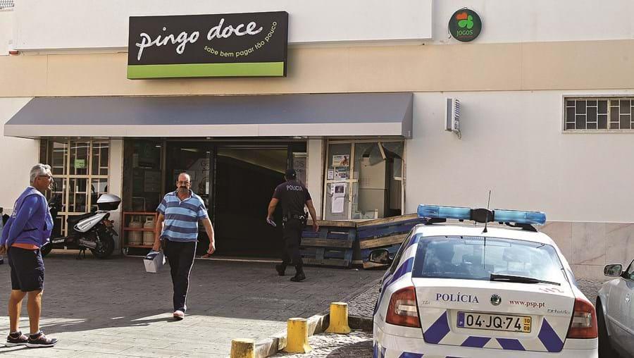 Rasto de destruição era visível esta quinta-feira à porta do Pingo Doce, onde multibanco foi destruído