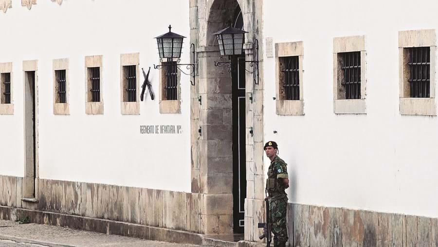 Os quatro militares estão colocados no quartel do Regimento de Infantaria 1, em Tavira