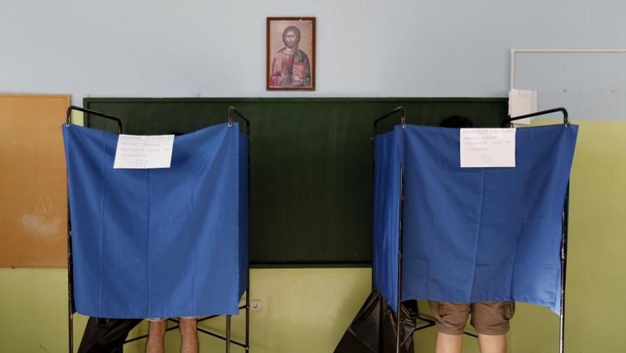 Os gregos são chamados a decidir o futuro das negociações com os credores