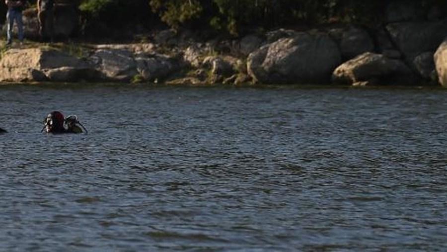 Mergulhadores procuram jovem desaparecido