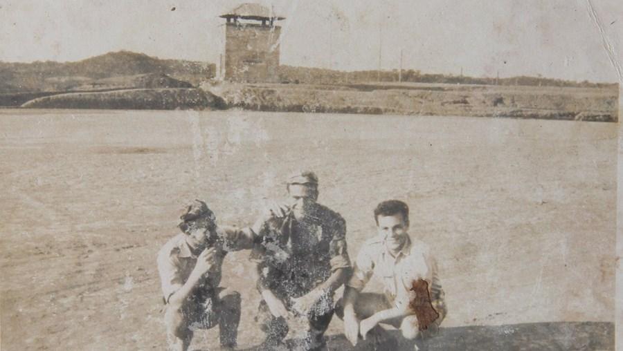 Com um cabo telegrafista e um soldado telegrafista