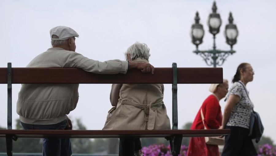 Número de idosos que recebem Complemento Solidário desceu em junho para os 165 825