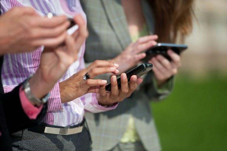 Pessoas a usar telemóvel