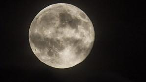 Lua azul rara espreita nos céus na noite de Halloween