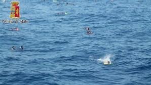Imigrantes resgatados do Mediterrâneo relatam horrores