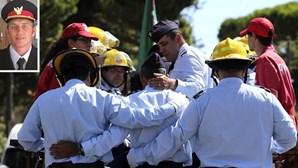 Bombeiros choram em despedida emotiva