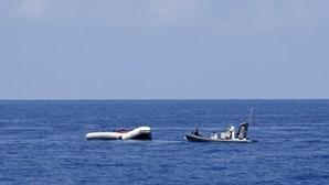 Quase 400 migrantes desembarcam ilegalmente numa praia da Sicília em Itália