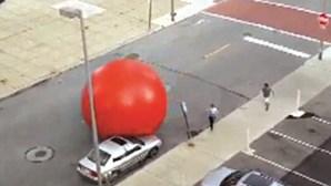Bola vermelha gigante 'ataca' cidade