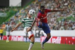 João Pereira disputa a posse de bola com Musa