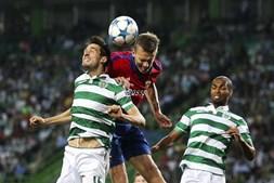 Paulo Oliveira e Wernbloom lutando pela posse de bola
