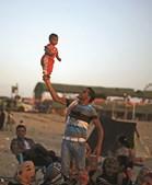 Um pai e um filho na praia. 1,7 milhões de pessoas habitam um território com 365 quilómetros quadrados