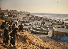 Uma concorrida praia em Gaza. O território fica entre Israel e o Egito, estende-se em torno da cidade de Gaza e está cercado por um muro
