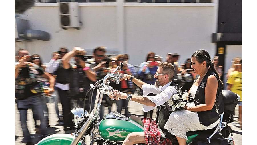 O casal de partida para a lua de mel na Chopper de 'Slim'