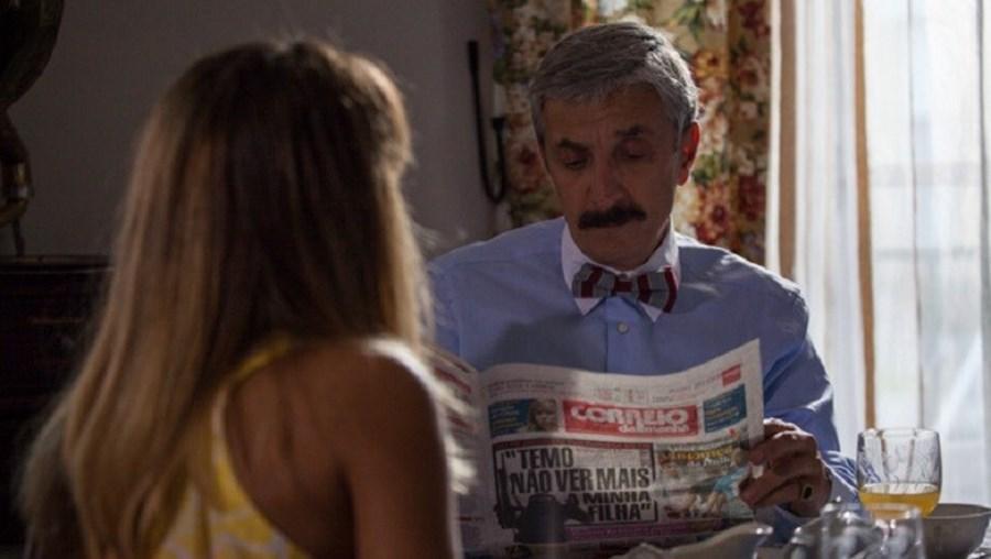 A personagem Evaristo (interpretada por Miguel Guilherme) a ler o Correio da Manhã