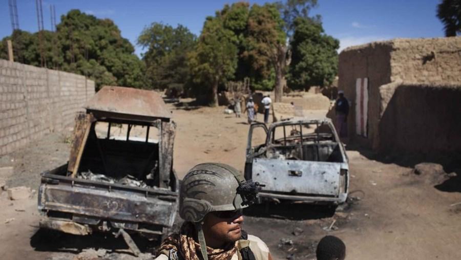 Um responsável do exército maliano deu, inicialmente, conta de pelo menos quatro mortos