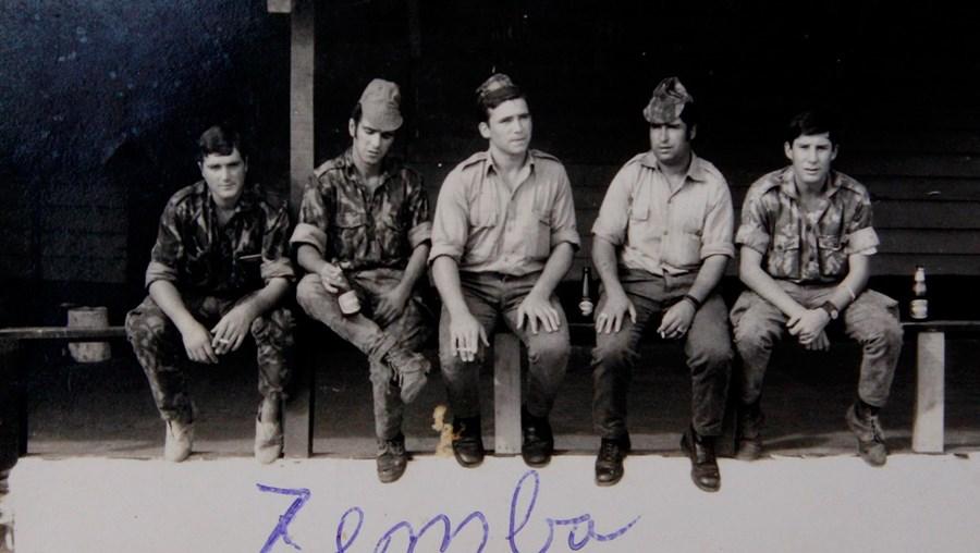 Em Zemba, com quatro companheiros, no dia de folga