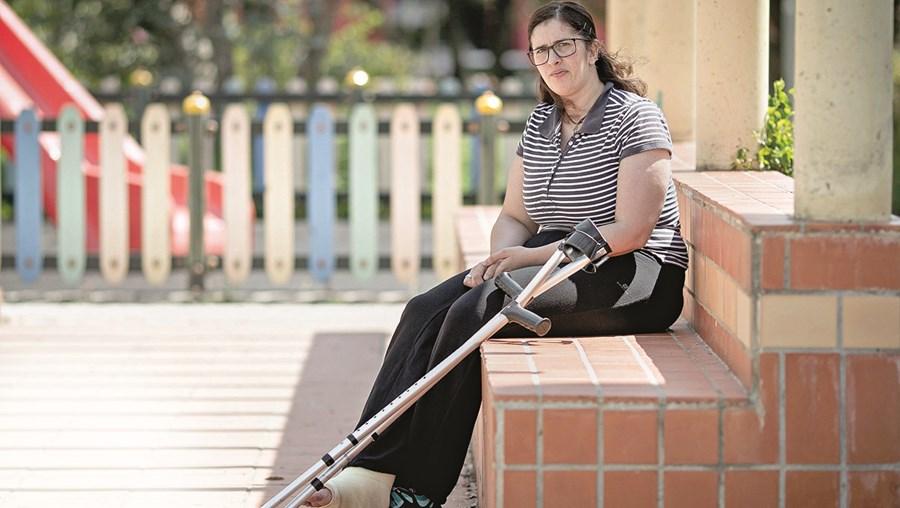 Patrícia Esteves está com o pé engessado, mas médicos acham que pode trabalhar