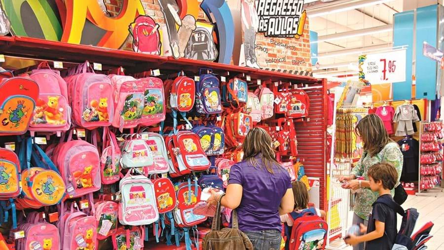 Pais fazem contas para conseguirem responder a todas as necessidades dos alunos