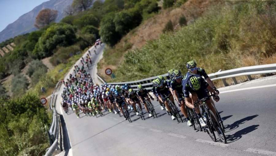 Grupo dos ciclistas durante a segunda etapa