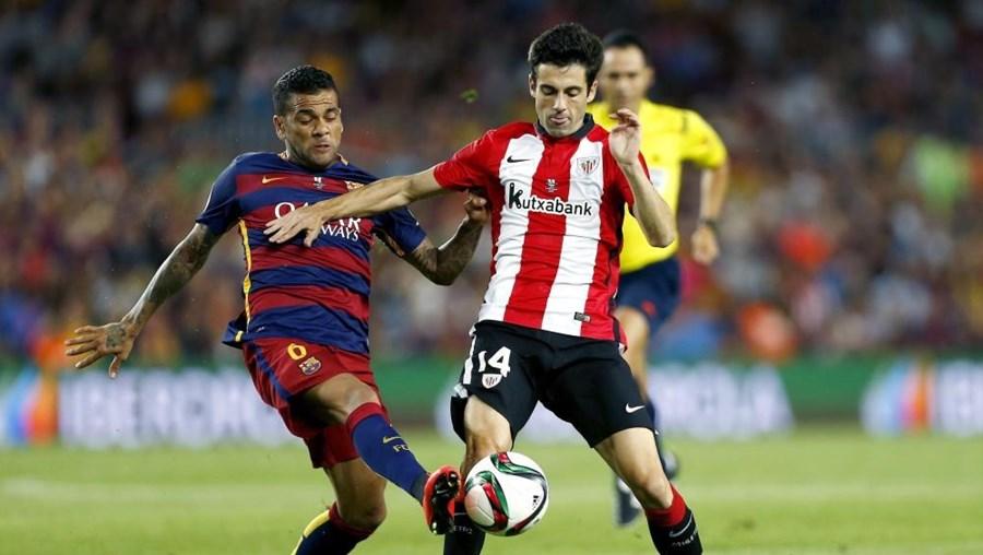 Dani Alves (Esq.) lesionou-se no jogo frente ao Athletic