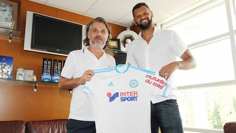 Rolando assinou com a equipa gaulesa no dia em que celebra 30 anos